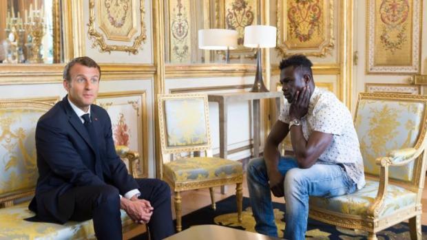 """استقبله ماكرون ومنحه الجنسية الفرنسية.. """"سبيدرمان الحقيقي"""" يظهر في باريس! (فيديو)"""