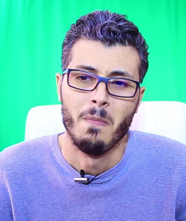 بالدموع.. أمين رغيب يعلن اعتزال الويب (فيديو)