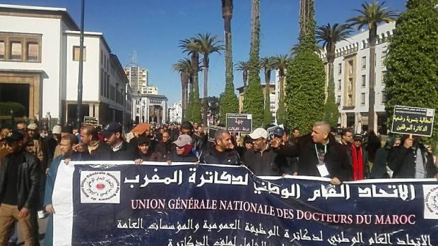 """ردا على """"صمت"""" الحكومة.. الدكاترة يخوضون مسيرة احتجاجية"""