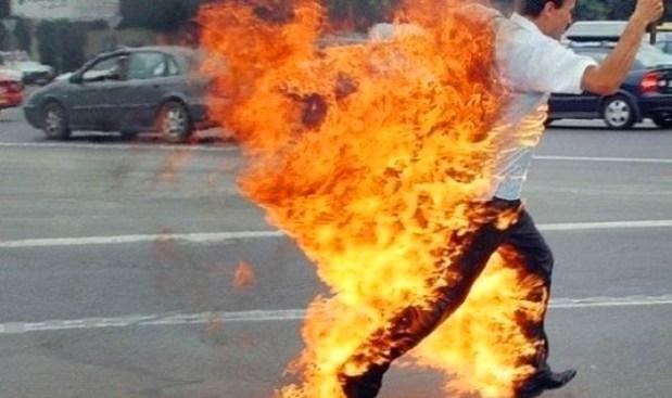 """""""باغي نموت هنا"""".. مستشار جماعي بغا يحرق راسو في الجديدة! (فيديو)"""