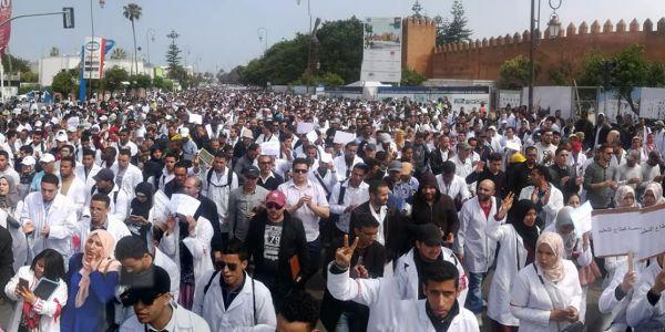 أطباء وممرضون وأساتذة.. ملفات حارقة في الشارع