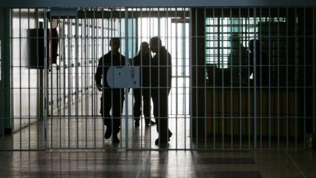 العيون.. سجين خبط راسو مع الباب ومات
