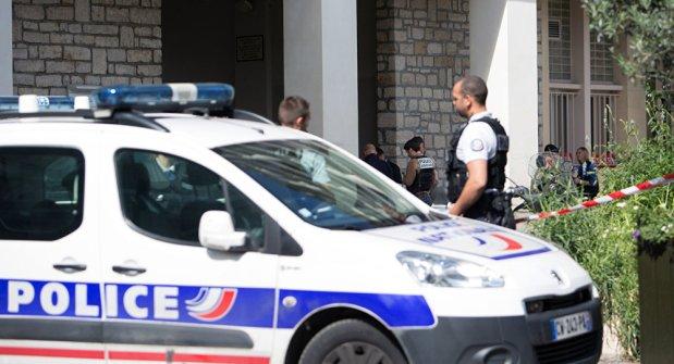 بمشرط.. امراة تهاجم شخصين في فرنسا