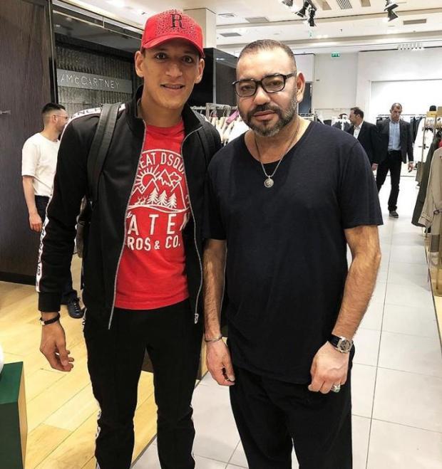 من باريس.. الملك في صورة مع اللاعب المغربي ياسين بامو