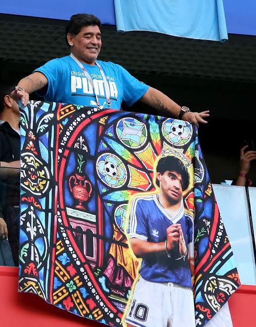 النعاس وحركة لا أخلاقية.. مارادونا يشجع الأرجنتين بطريقته!