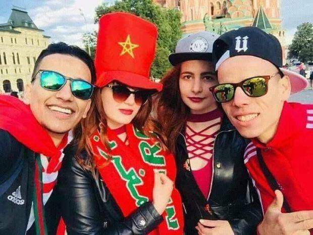 كلها وهمو.. مغاربة غير وصلو لروسيا بداو يتصورو مع الروسيات!