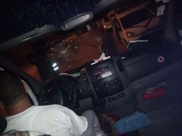 بالصور من القنيطرة.. اعتداء على حافلة للمستخدمين بالحجارة