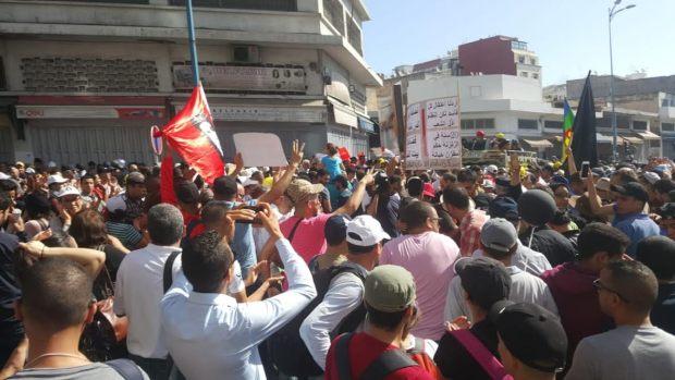 """حضور لكافة الأعلام وظهور """"يتيم"""" للعلم الوطني.. مسيرة التضامن مع معتقلي الريف في صور!"""
