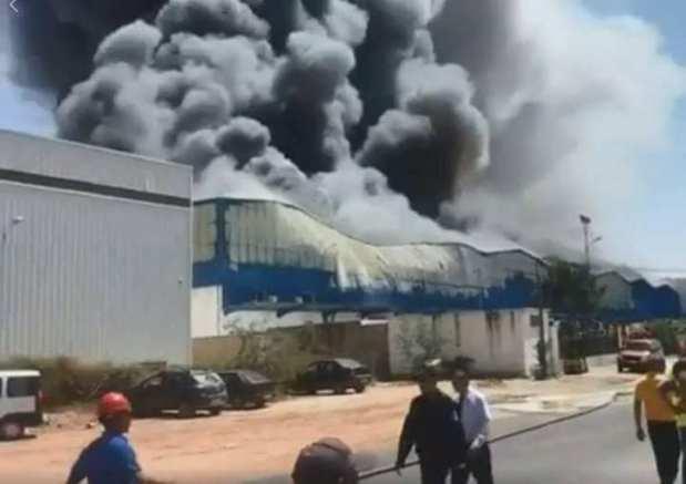 """بالصور والفيديو.. النيران تلتهم """"سنطرال دانون"""" في المحمدية"""