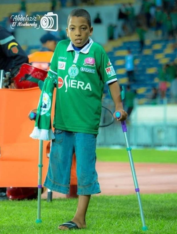 مشجعون أطلقوا حملة لمساعدته.. تعاطف كبير مع طفل رجاوي برجل مقطوعة