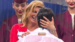 """عناق ودموع ومواساة.. رئيسة كرواتيا تلعب دور """"الحنينة مّ""""!"""