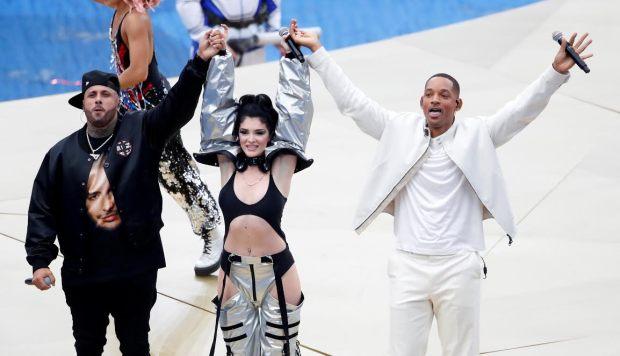 بالصور.. مغنية بفستان مثير في حفل ختام المونديال