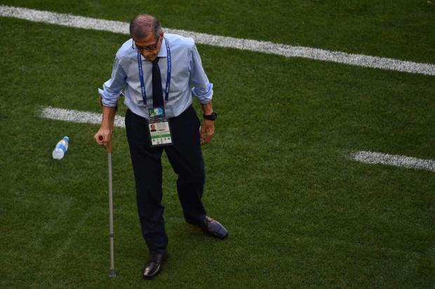 عندو 71 عام وبالعكاز ومهدد بالشلل لكن مستمر في عمله.. معجزة مدرب الأوروغواي (صور)