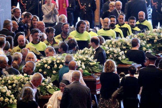 بالصور من إيطاليا.. جنازة ضحايا انهيار جسر جنوى