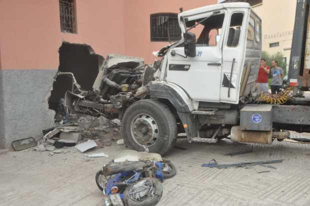 بالصور من مراكش.. مصرع سائق دراجة نارية تحت عجلات شاحنة