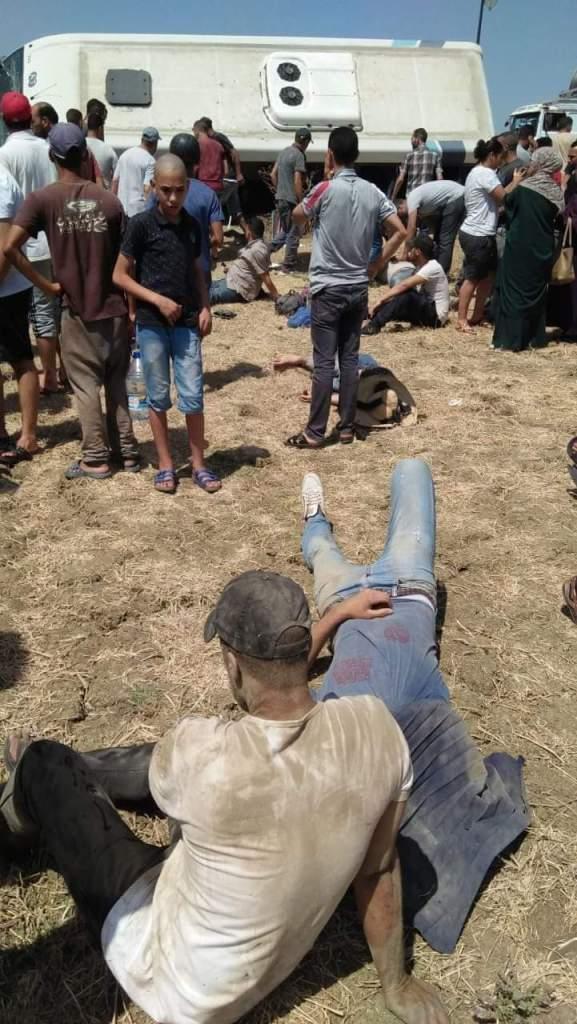 بالصور من طنجة.. 27 مصابا في انقلاب سيارة لنقل العمال
