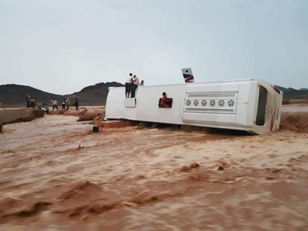 بالصور والفيديو من ضواحي الرشيدية.. انقلاب حافلة بسبب فيضانات الصيف