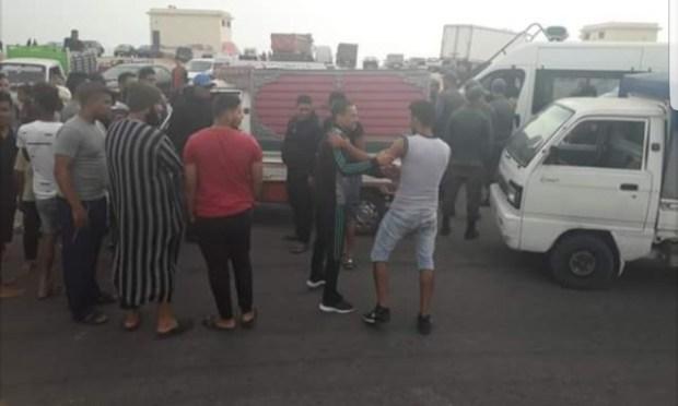 بوجدور.. عصابة تعتدي على سائق سيارة لنقل البضائع (صور)