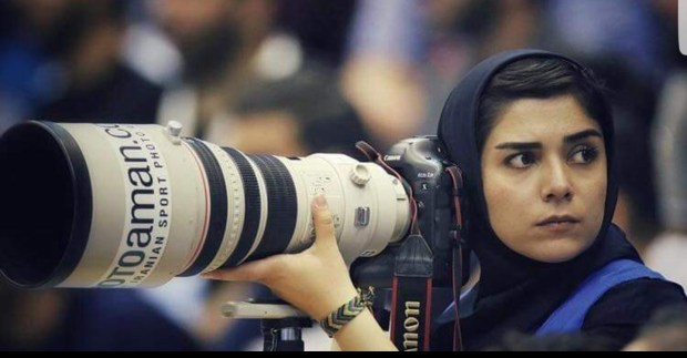 بالصور.. مصورة صحافية إيرانية تخطف الأنظار