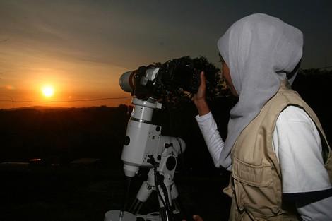 فلكي مغربي يرد على الإشاعات: رؤية الهلال لم تكن ممكنة يوم السبت