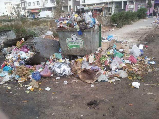 السكان يطالبون بالحاويات.. منطقة أناسي فكازا غارقة فالزبل (صور)