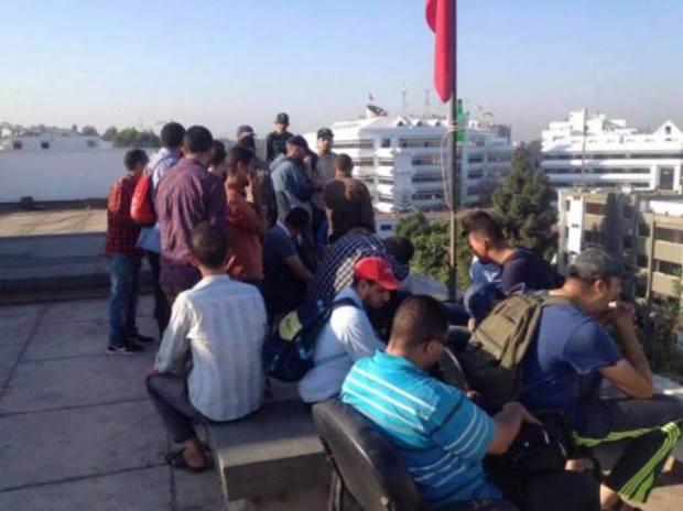 بالصور والفيديو من الرباط.. مكفوفون يعتصمون في سطح مقر وزارة الحقاوي
