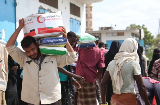 بالصور من اليمن.. الهلال الأحمر الإماراتي يغيث النازحين من جديد