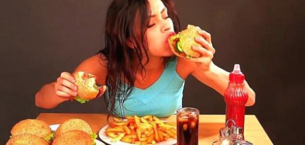 ردوا البال.. الأكلات السريعة تسبب الاكتئاب