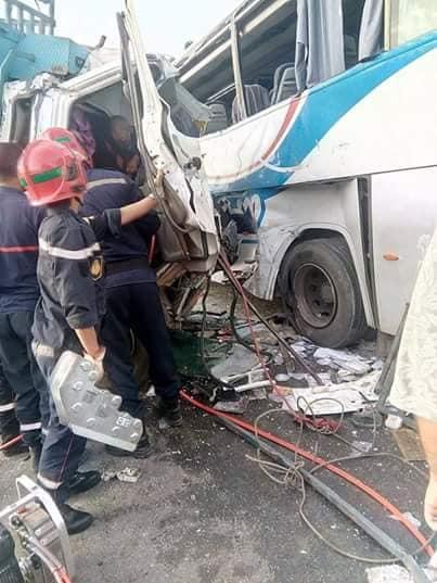بالصور من واد زم.. شاحنة كبيرة تصدم حافلة