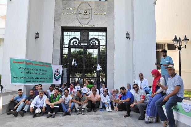 بداو بإضراب.. حركة الممرضين تعتصم في باب وزارة الصحة (صور)