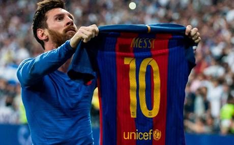 رغم ترتيبه السيء ضمن نجوم أوروبا.. ميسي يحتفل بحمله الرقم 10