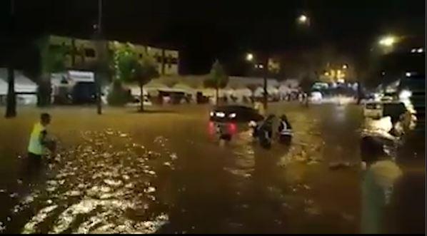 بالفيديو من كازا.. رعدة قوية تحول شارع القدس إلى بركة!