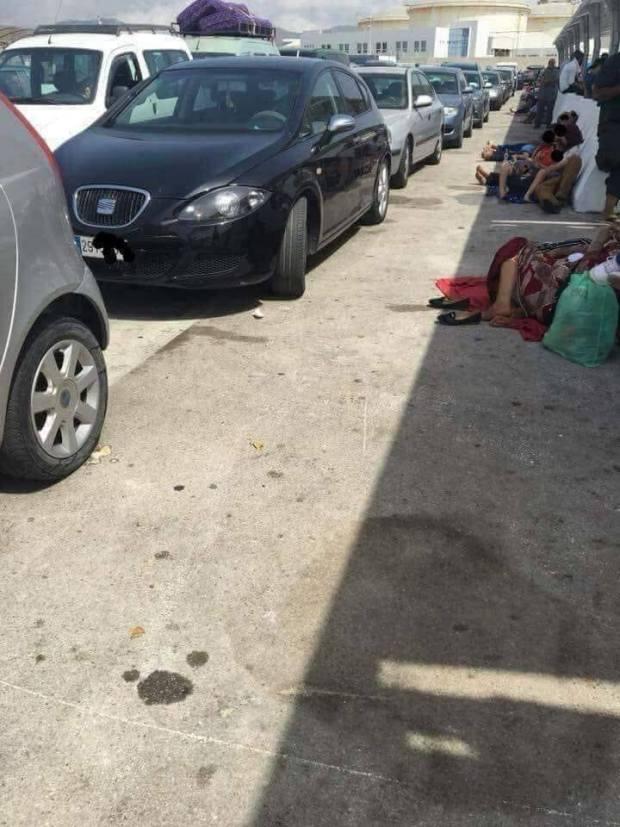عيا بوليف يعطي التبريرات.. مشاهد مخجلة لمهاجرين مغاربة في ميناء طنجة (صور)