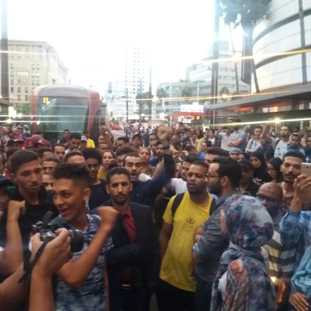 بالصور من كازا.. ركاب غاضبون يحتلون سكة الترام احتجاجا على التأخر