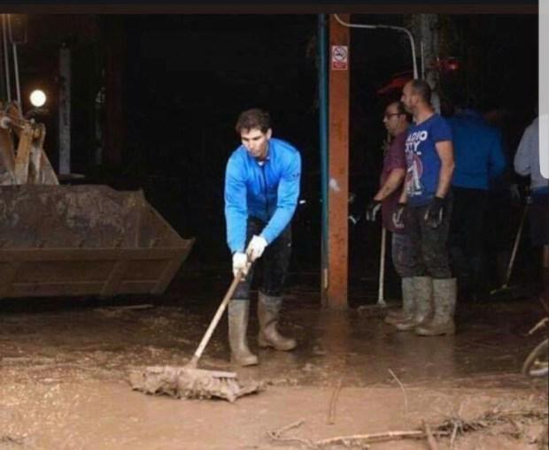 أخلاق البطل.. نادال يشارك في عمليات التنظيف وإزالة مخلفات الفيضانات (صور وفيديو)