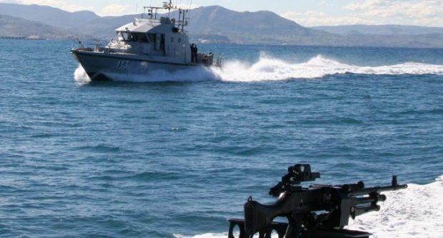 رصاص مطاطي ومناورات.. تفاصيل إطلاق النار على قارب