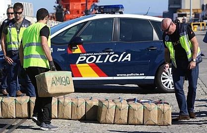 أسلحة ومراكب ومخدرات.. أمن إسبانيا يفكك شبكة لتهريب المخدرات من المغرب