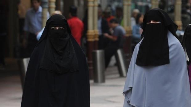 بعد عام من إعلانه.. الجزائر تفعل حظر ارتداء النقاب في أماكن العمل