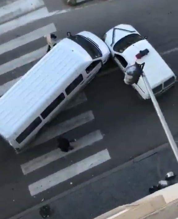 بالفيديو من طنجة.. سائق سيارة للنقل السري يصدم سيارة شرطة ويحاول الفرار