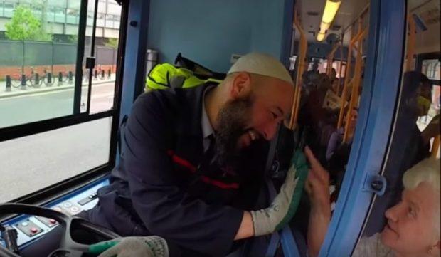 """بفضل ابتسامته.. مغربي يحصل على لقب """"ألطف سائق حافلة"""" في لندن (فيديو)"""