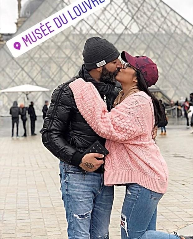 قبلة وربط الحذاء.. فؤاد قبيبو وزوجته نجلاء يعيشان الحب في باريس (صور)