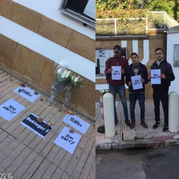 باللافتات والورود.. شباب مغاربة يقدمون التعازي والاعتذار أمام السفارة الدانماركية