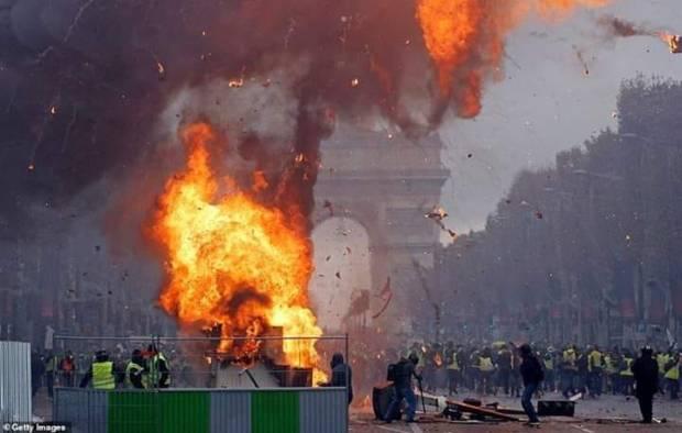 """بالصور من فرنسا.. احتجاجات """"السترات الصفراء"""" تدخل أسبوعها الثالث"""