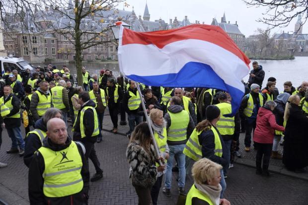 """يعجبوك فالدروس للمغرب.. هولندا تواجه """"السترات الصفراء"""" بالقمع! (صور)"""