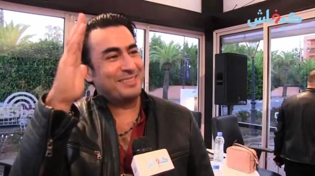 ربيع القاطي يحكي عن طريفة له مع إحدى معجباته: وقفاتني في الطريق وعطاتني كتبت رسالة لراسي!!