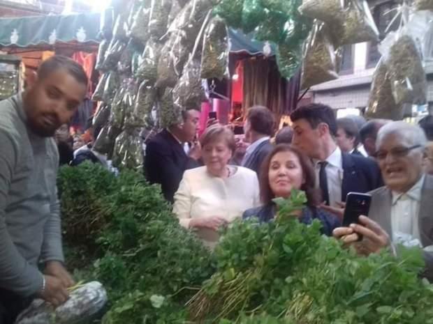 بالصور والفيديو من مراكش.. أنجيلا ميركل تشتري النعناع من المدينة القديمة