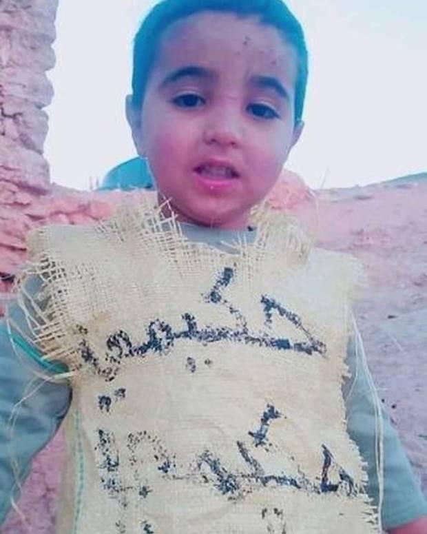 """بالصور.. طفل يلبس """"كيس"""" أشرف حكيمي"""