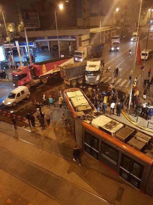 بالصور من كازا.. شاحنة تصدم الترامواي وتخرجه عن سكته