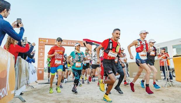"""سيد الصحراء.. العداء المغربي رشيد المرابطي يفوز بـ""""ألترا ماراثون"""" دبي"""