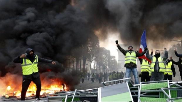 رصاص وقنابل وسيارات محروقة وجرحى ومعتقلون.. السترات الصفراء منوضين روينة في فرنسا (صور)